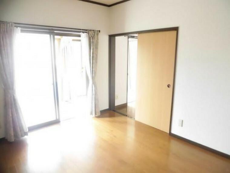 【リフォーム済】東側に位置する洋室はサンルームと繋がっているので明るく過ごしやすい空間になっています。