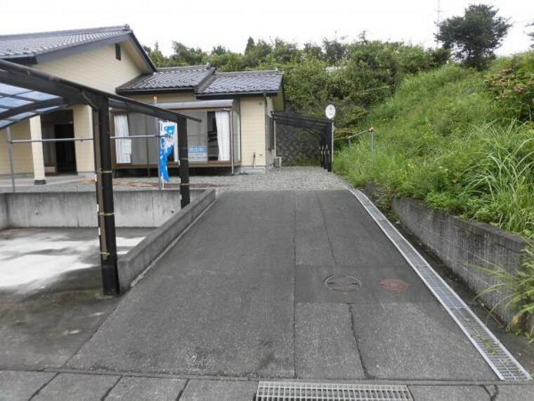駐車場 【リフォーム前】カーポートの他に縦列2台可能な駐車スペースがあります。
