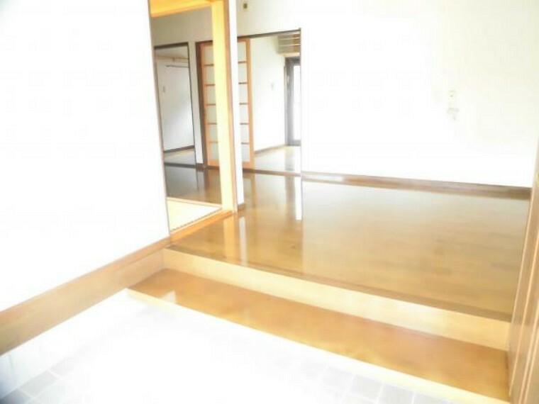 玄関 【リフォーム前】玄関ホールは床フローリング張替え、壁や天井のクロスを張替えします。