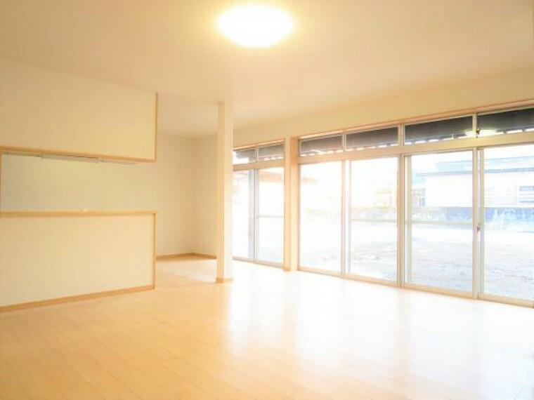 【同仕様写真】リビングの同仕様写真です。床はフローリングを、壁天井はクロスの張替えを行います。照明もLEDに新品交換を行います。明るく清潔感溢れる広々とした空間に仕上げていきます。明るく開放感のある空間に仕上げていきます。