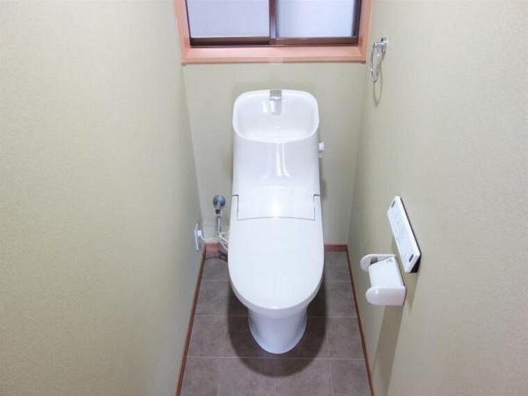 【同仕様写真】トイレの同仕様写真です。温水洗浄便座に新品交換を行います。さらに床は抗菌仕様のクッションフロア、壁天井はクロスの張替えを行います。清潔感溢れる空間に仕上げていきます。