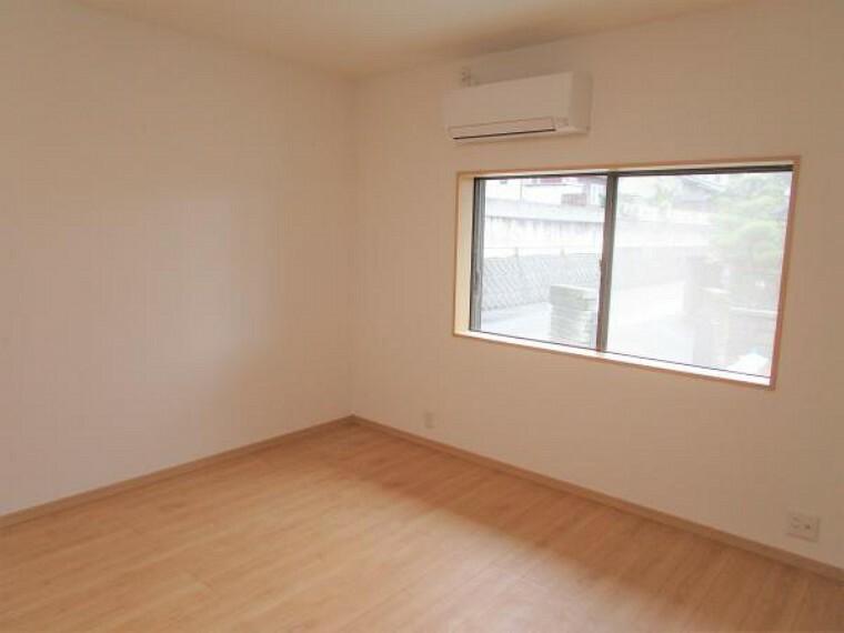 【同仕様写真】全室、床はフローリングを、壁天井はクロスを張替えを行い、写真のような空間に生まれ変わっていきます。また、照明や建具、窓枠等も交換を行いますので、細かい部分も綺麗に仕上げていきます。現在リフォーム中なので、クロスを選べる場合がございます。