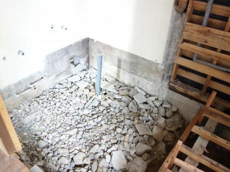 浴室 【リフォーム中 10月28日撮影】既存のお風呂を解体しました。ここにハウステック製の1坪サイズのユニットバスを新たに設置します。追い焚きや自動湯張り機能付きです。広いお風呂でゆったり一日の疲れを癒せるように仕上げていきます。