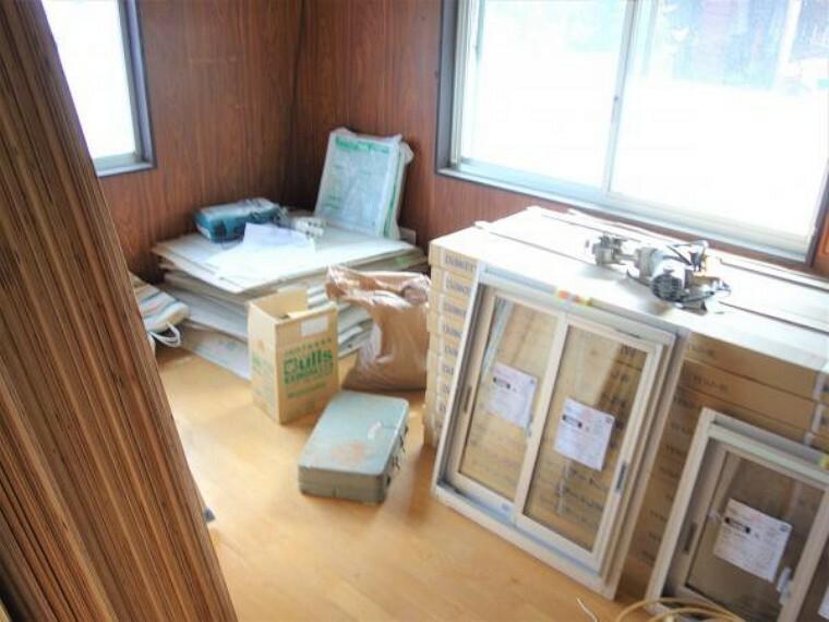 【リフォーム中 10月28日撮影】1階洋室6帖です。床はフローリングを、壁天井はクロスの張替えを行います。またこちらのお部屋は収納スペースが全くなかったので、今回のリフォームで新たにクローゼットを作っていきます。これでお洋服や他のお荷物の収納もばっちりです。こちらのお部屋ですが、窓が2か所についているので、日中はたくさん陽光と心地よい風が入ってくる所がおすすめポイントです。