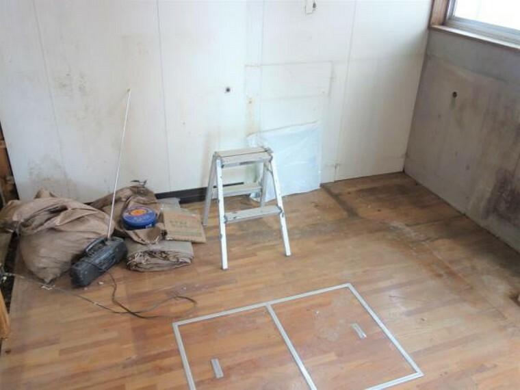 キッチン 【リフォーム中 10月28日撮影】キッチンスペースです。既存のものを撤去し、新たにハウステック製のシステムキッチンを設置します。天板が人工大理石仕様になっているので傷や汚れに強く、サッと一拭きでお手入れができる優れものです。また、収納引き出しや上に吊り戸棚がついている多収納タイプなので、新たに食器棚を買い足す必要がないところがおすすめポイントです。綺麗なキッチンで楽しくお料理はいかがですか。