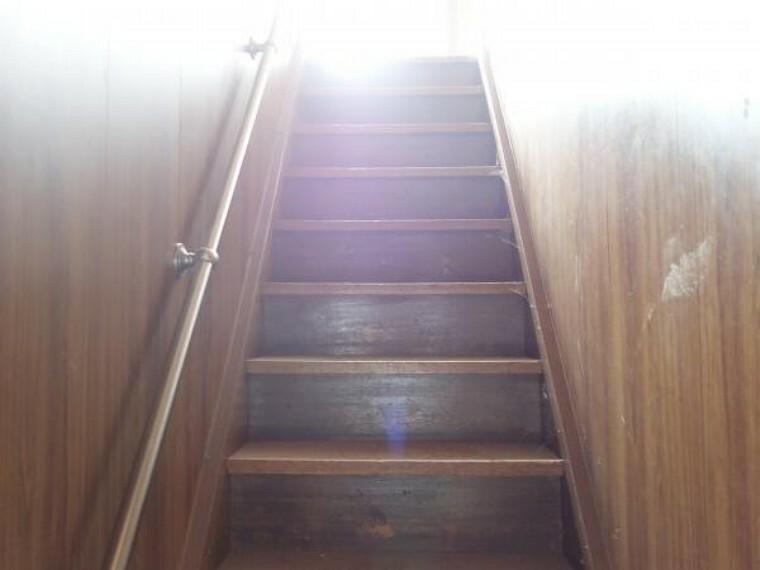 【リフォーム中 10月28日撮影】階段の写真です。踏板は汚れや傷が目立つので、補修後に踏板に塗装を施し綺麗にしていきます。壁天井はクロスの張替えを行います。また、小さなお子様や足腰の悪い方の安全面も考慮し、新たに手すりを取り付けます。細かな所まで徹底したリフォームを業者と一丸となり実施しています。