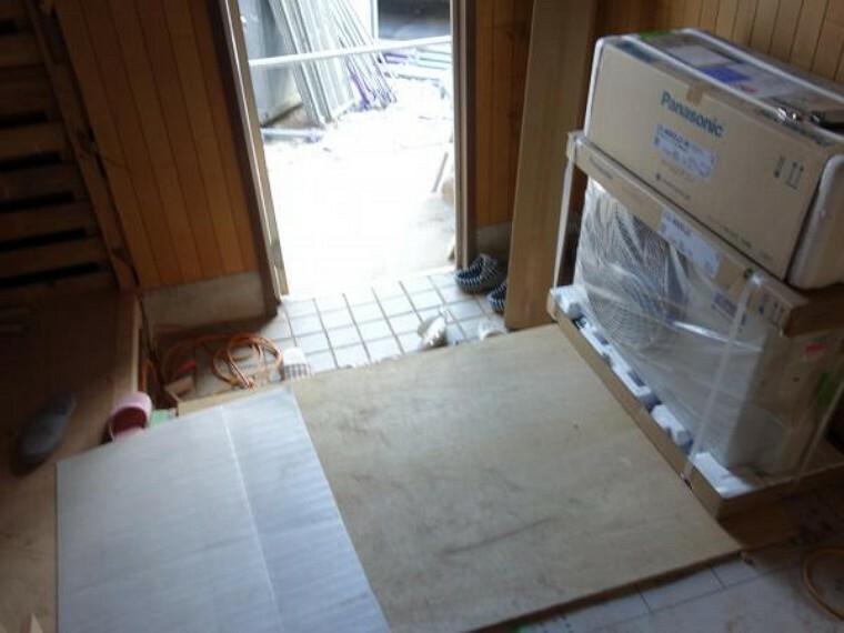 玄関 【リフォーム中 10月28日撮影】玄関周りです。床はフローリングを、壁天井はクロスを貼り替えていきます。さらに新品のシューズボックスの設置を行います。家に入って最初に目に入る空間だからこそ、家の顔としてしっかりと綺麗に仕上げていきます。