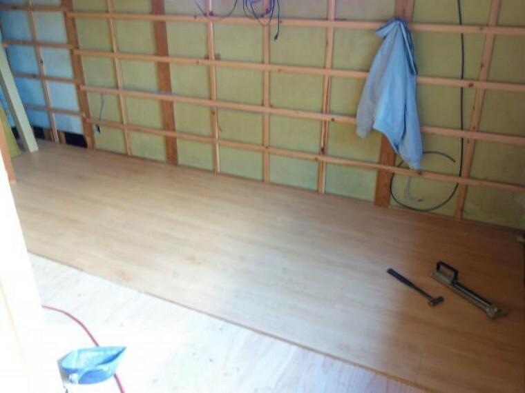 【リフォーム中 10月28日撮影】2階の和室6帖(間取り図南側)です。今回のリフォームで洋室7帖に生まれ変わります。床はフローリングを、壁天井はクロスの張替えを行います。さらに押し入れ部分をなくし、テレビボードを置けるスペースにしていきます。クローゼットを新たに造作しますので、収納面もばっちりです。子供部屋等にいかがでしょうか。