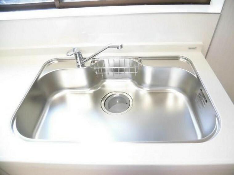 【同仕様写真】新品交換したキッチンのシンクは、大きな鍋も洗いやすいセンターポケット形状。シンクの裏面に振動を軽減する素材を貼ることで、水はね音を抑えた静音設計のシンクです。