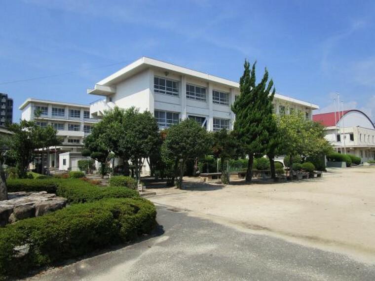 小学校 【周辺環境】八坂小学校まで300m(徒歩4分)。