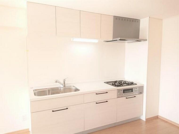 キッチン 【リフォーム済】キッチンはハウステック製のシステムキッチンに新品交換しました。引出が4つの嬉しい多収納タイプ。天板は熱や傷にも強い人工大理石仕様なので、毎日のお手入れが簡単です。