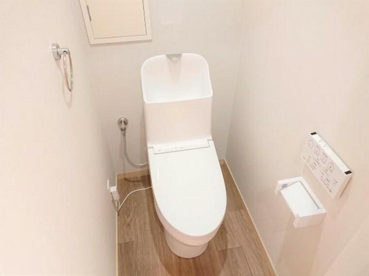 トイレ 【リフォーム済】トイレはTOTO製の温水洗浄便座に新品交換しました。表面は凹凸がないため汚れが付きにくく、継ぎ目のない形状でお手入れが簡単です。節水機能付きなのでお財布にも優しいですね。