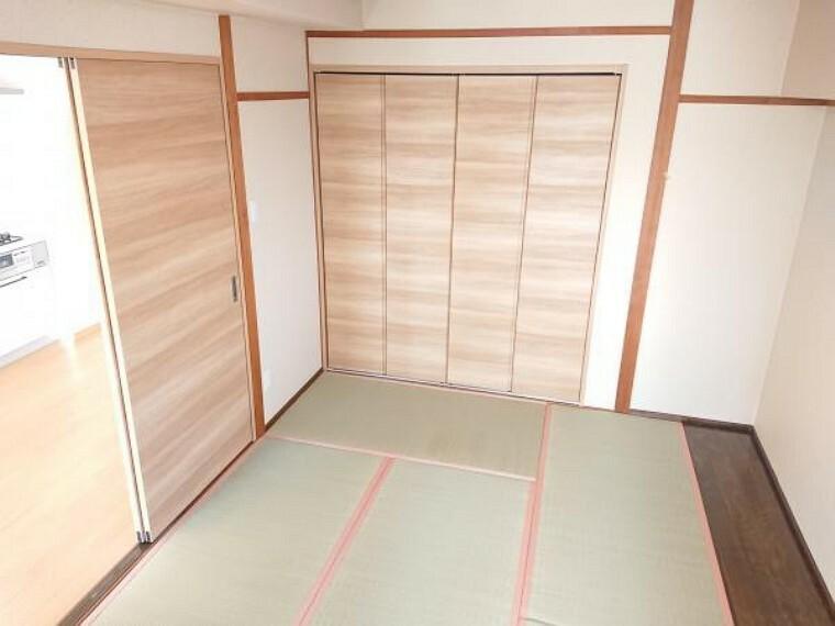 【リフォーム済】和室は畳の表替えと襖の張替え、壁のクロス張りを行いました。リビングと続き間になっているので、仕切って個室としても、引き違い戸を開けてリビングを広く使うことも出来ます。