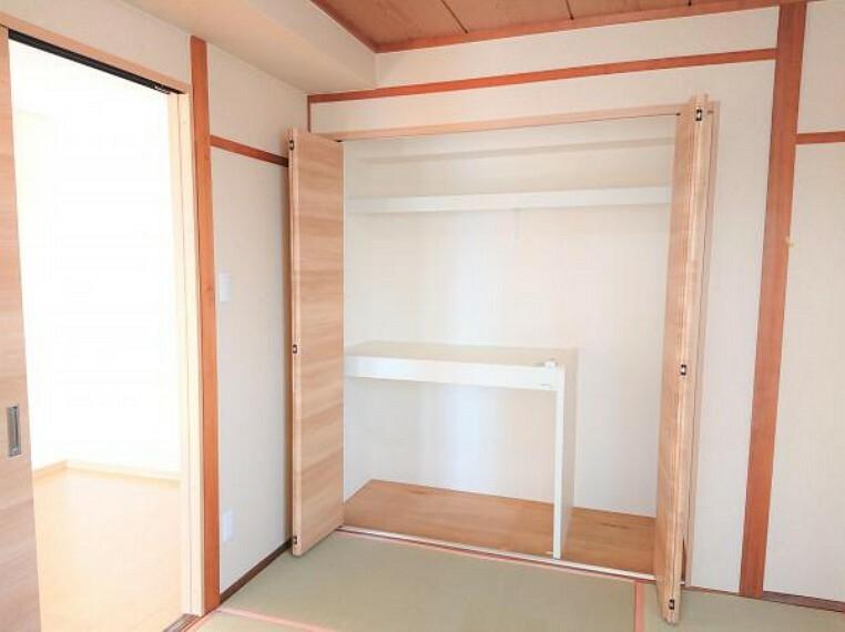 収納 【リフォーム済】和室にクローゼットを新設しました。中に中段と枕棚を取付ているので、布団や洋服などすっきり収納できます。