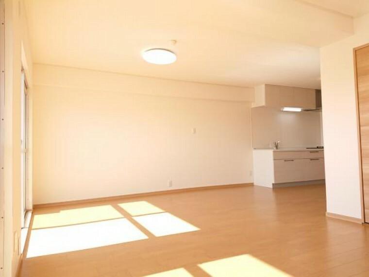 【リフォーム済】東側から見たリビングです。もともと和室だったお部屋をリビングに取り込み、19畳に広げました。フロアの上張りと壁天井クロスの張替えを行っています。コンセントも畳数に合わせて新設しているので広いお部屋も快適に使えます。