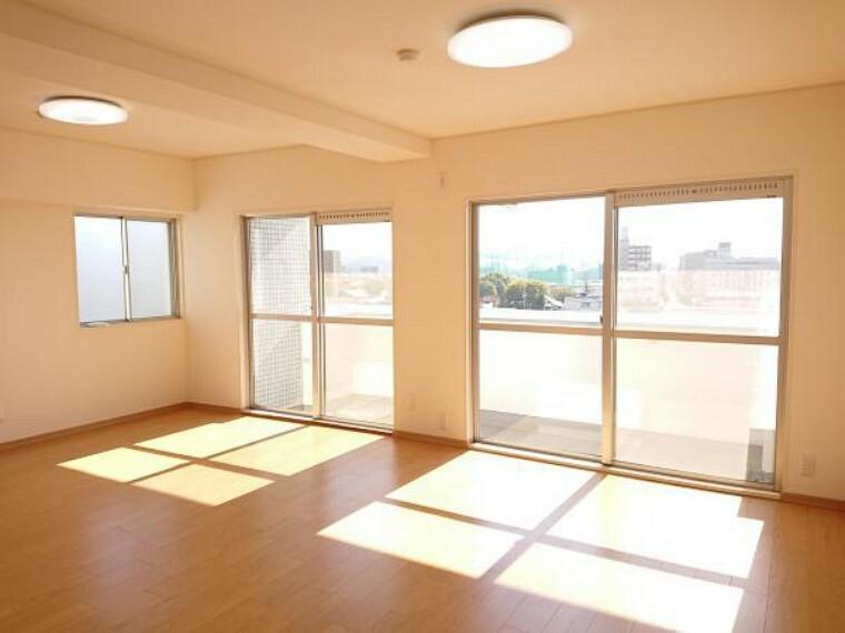 【リフォーム済】北側から見た東南2面に窓があり、明るく風通しの良いお部屋です。