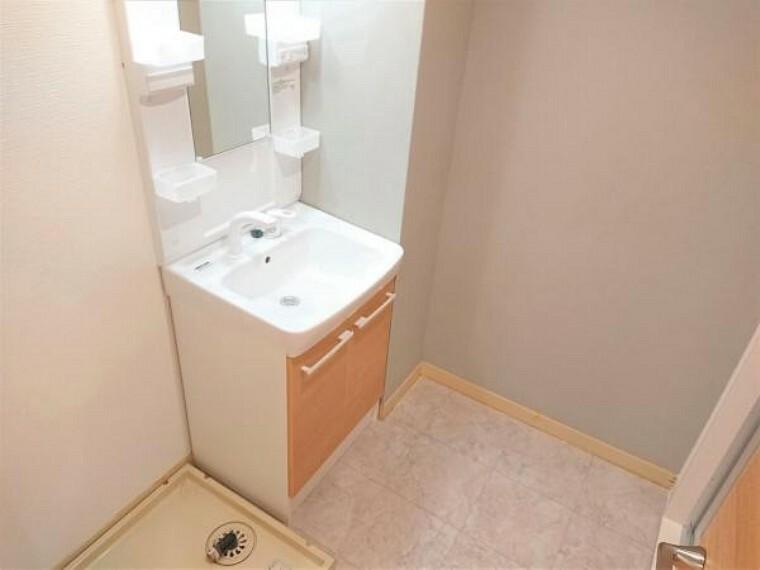 【リフォーム済】洗面スペースです。洗面化粧台の新品交換・クッションフロアの張替え、壁天井クロスの張替えを行いました。一面にアクセントクロスを貼り、お洒落に仕上げました。