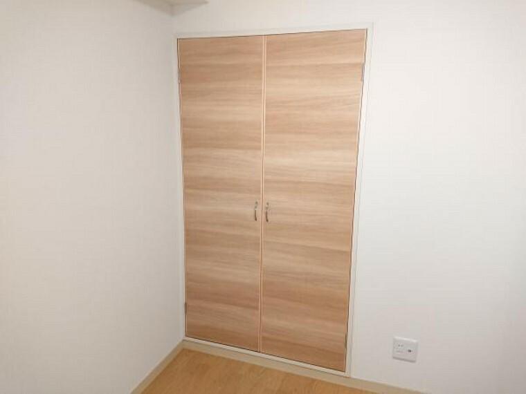 収納 【リフォーム済】洋室の収納です。中はパイプ付き枕棚を取付けしているので、洋服等の収納にぴったりですよ。
