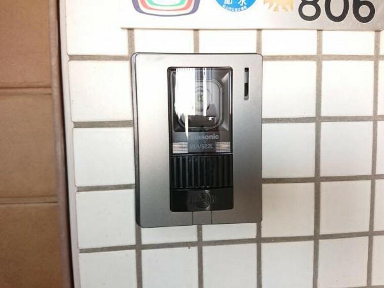 玄関 【リフォーム済】新品交換したテレビモニター付きインターホンです。玄関を開けずリビングから訪問者を確認できるので、セキュリティ面も安心です。
