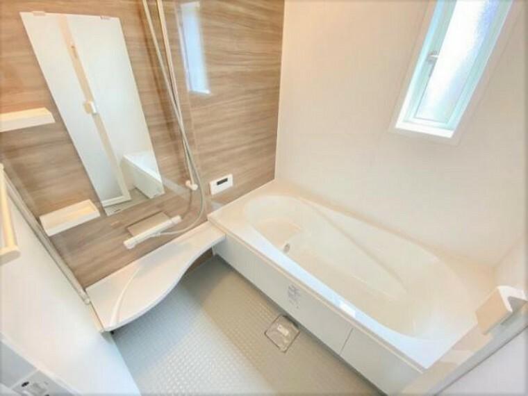 同仕様写真(内観) \同仕様写真/1坪以上の広々とした浴室には隠れた嬉しい設備がたっぷりついております。お掃除が楽にできたり、節水効果があったりと、バスタイムを快適にお過ごし頂けます!