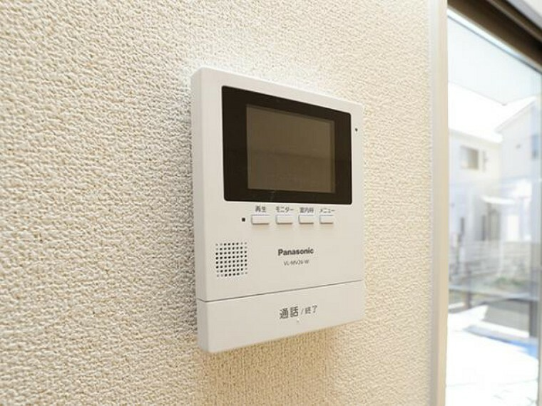 防犯設備 \同仕様写真/女性やお子様にも安心のTVモニター付きインターホン!一目で来客を確認できるので、特に小さなお子様をお持ちのご家庭でも安心してお住まい頂ける設備です。