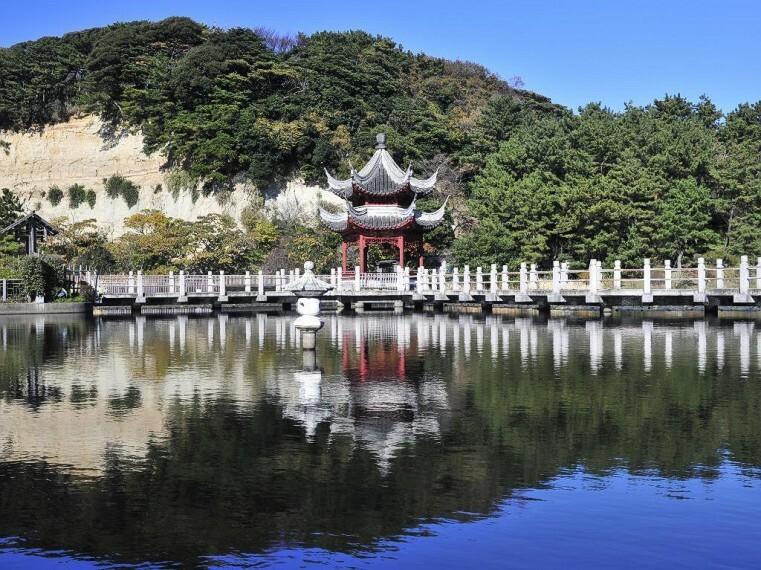 公園 三渓園(梅や桜、ツツジ、紅葉などの名所として知られ、横浜でも有数の日本文化が体験できる観光スポットです。敷地内には歴史的建造物17棟が自然の中にたくみに配置されています。)