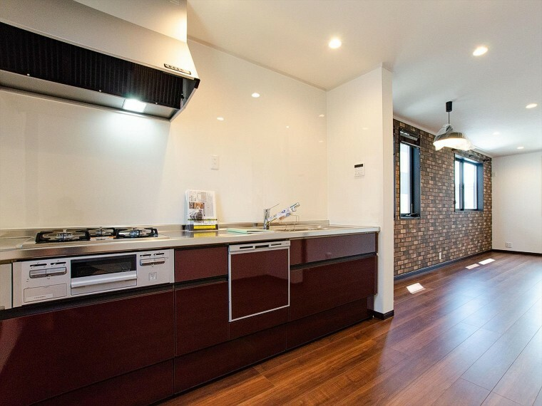 ダイニングキッチン 落ち着いた雰囲気に包まれた伸びやかな空間で、ゆったりと家族団らんの時間を過ごせます。