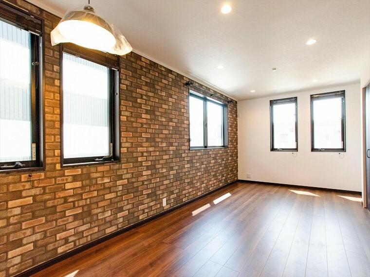 居間・リビング 開放的な広さと2面採光がもたらす、光溢れ豊かな居住空間はこの住まいのクオリティを感じさせてくれます。