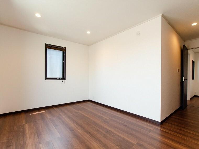 寝室 家族一人ひとりの大切なプライベート空間。趣味・感性で個性的に飾って頂けるようシンプルに仕上げてあります。