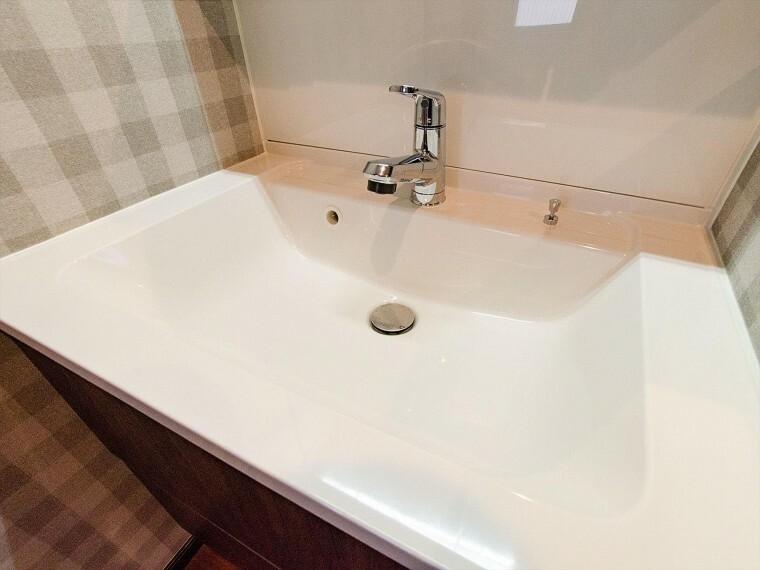 洗面化粧台 洗面ボウルとカウンターが一体となり、お掃除しやすい洗面化粧台。