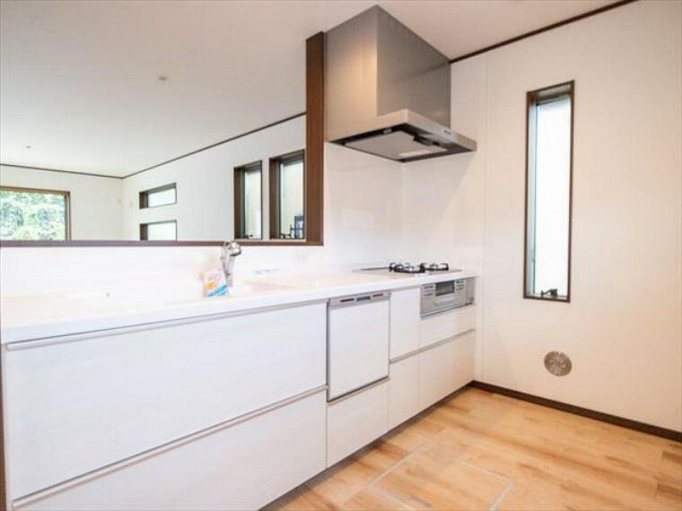 キッチン 明るい自然光が入る対面キッチン。家族そろってキッチンに立っても調理がしやすく余裕の広さ。
