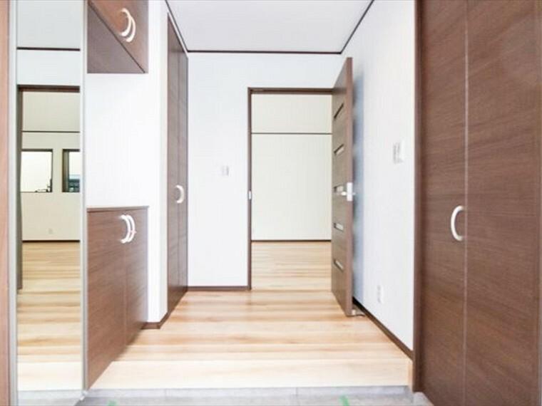 玄関 上質感漂う玄関と廊下。居住者の帰り、訪れる方を優しく迎えてくれる。