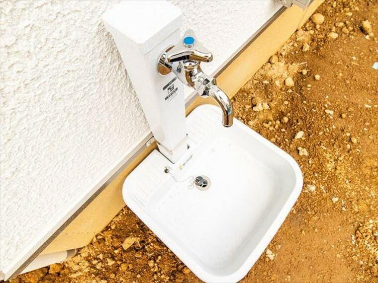 ガーデニングの水やりや、お掃除、洗車などに便利な水栓付き。