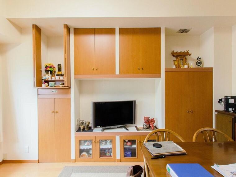 居間・リビング 落ち着いた雰囲気に包まれた伸びやかな空間で、ゆったりと家族団らんの時間を過ごせます。