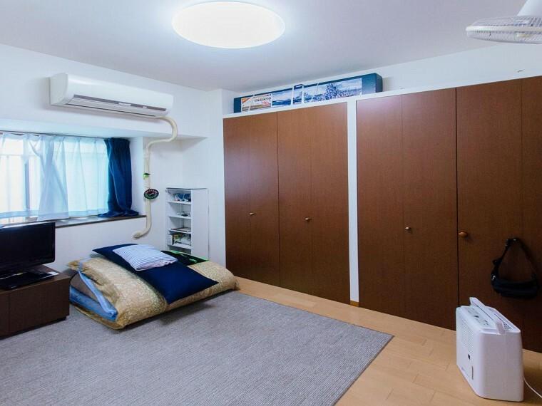 寝室 どの部屋にもたっぷりの収納。お部屋にあまり収納家具をを置く必要が無くなり、ゆったりとした住空間が実現可能です。