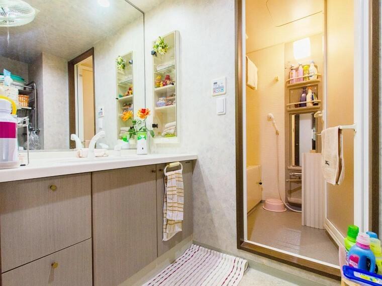 洗面化粧台 十分な大きさの洗面台は、身だしなみチェックや歯磨きなど、朝の慌ただしい時間でも余裕とゆとりを感じて頂けます。