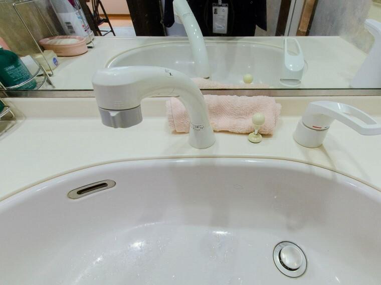 清潔感が漂うスクエアデザインの洗面シンクを採用。カウンターとの間に継ぎ目がなく、お掃除やお手入れがスムーズ。