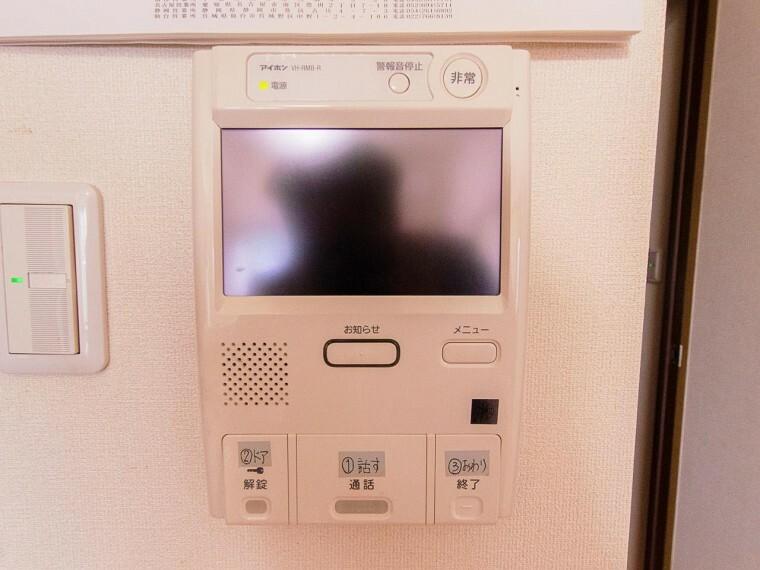 来訪者と通話ができ、モニターで姿が確かめられるインターホンを採用しました。暮らしの安心感を一層高めます。