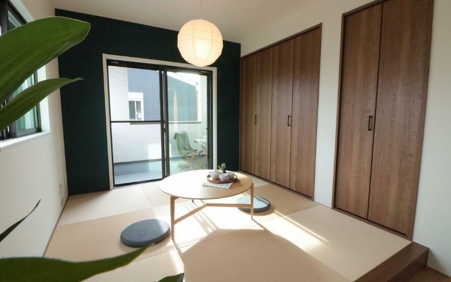 同仕様写真(内観) 施工例■リビング横の和室は、こどものプレイルームとして使ったり、昼寝や洗濯物を畳んだりと家族みんなが使い勝手のよい空間です。