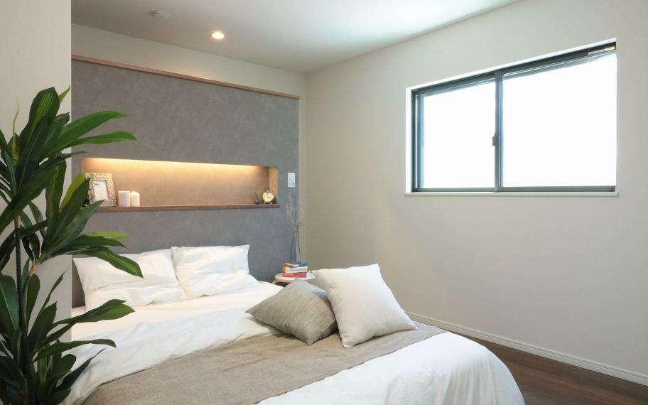 同仕様写真(内観) 施工例■落ち着いた色のウォールを設置した、おしゃれな主寝室。便利な間接照明付きです。
