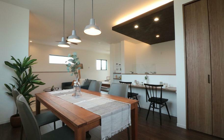 同仕様写真(内観) 施工例■リビング・ダイニング・キッチンを直線状に設けることでライフスタイルに時間差のある家族でも同じ空間で生活することができます。