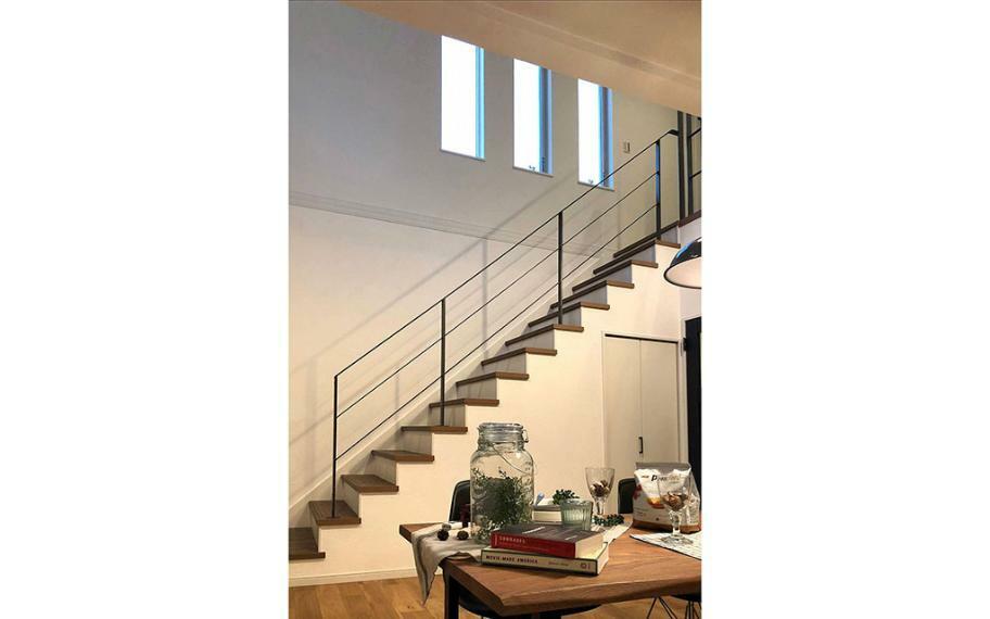 同仕様写真(内観) 施工例■リビングの吹抜階段や2階ホールのアイアン手すりは住空間の境界をなくし、家族が自然と顔を合わせ、全体の質感に合わせたお家のポイントとなります。