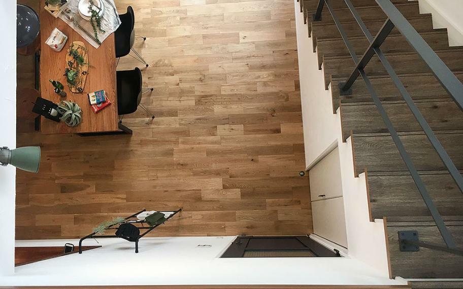 同仕様写真(内観) 施工例■吹抜の上階から見えるリビングスペースは、居室空間との一体感があり、家族がすぐそこにいる安心感がうまれます。また、狭苦しく感じてしまう階段部分にゆとりができ開放的に感じることができます。