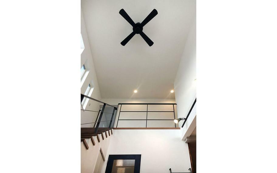 同仕様写真(内観) 施工例■リビングのストリップ階段からの大開口の吹抜は2階分の天井高が取れ、手すりを腰高のアイアンにすることでより開放的な空間になります。また、上部ファンは空気の流れを作り、新鮮な空気を循環させます。