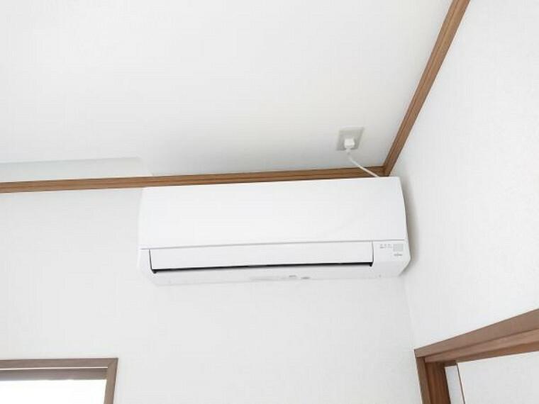 専用部・室内写真 【同仕様写真】Fujitsu製のエアコン。ハイパワー機能でお部屋を素早く理想的な温度へ、電流カット機能で急激な電流の上昇を防ぎ、他の家電製品併用時のブレーカー落ち対策に有効な機能もあります。