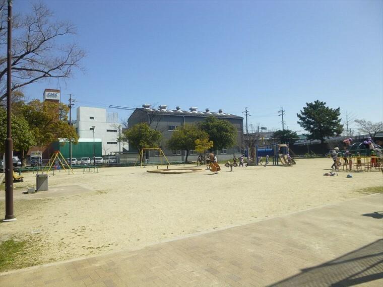 公園 【鳴尾公園】 小さい公園ですが子供たちがサッカーをしたりグラウンドもあるので幅広い年齢の方たちが利用している公園です。 四季をしっかり感じられる公園です。
