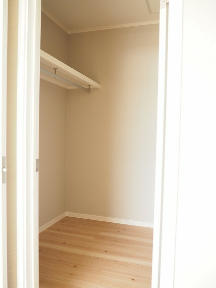 ウォークインクローゼット ウォークインクローゼット  季節物もスッキリしまえるので、居室に置くものを少なくでき、空間を広く使うことができますね