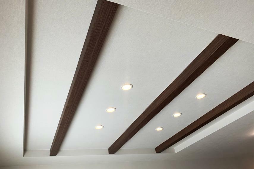 居間・リビング 【折り上げ天井・化粧梁】 リビングにアクセントを付け、おしゃれな空間を演出