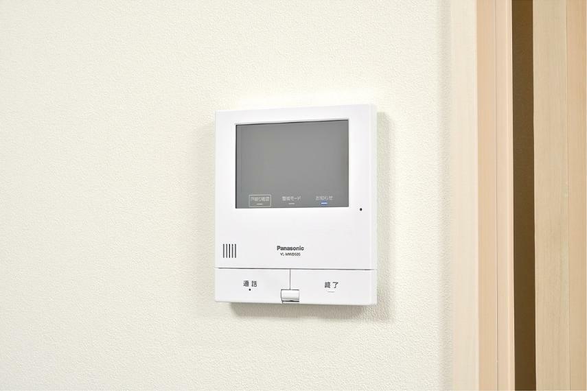 TVモニター付きインターフォン 【モニター付きインターホン】 留守中の来訪者も録画できる安心機能付きのハンズフリーモニター付きインターホンです。