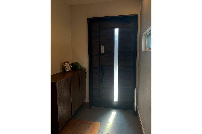 玄関 【玄関】 「住まいの顔」である玄関ホールは、明るく収納力のある広々とした空間を演出します。(一部プラン)